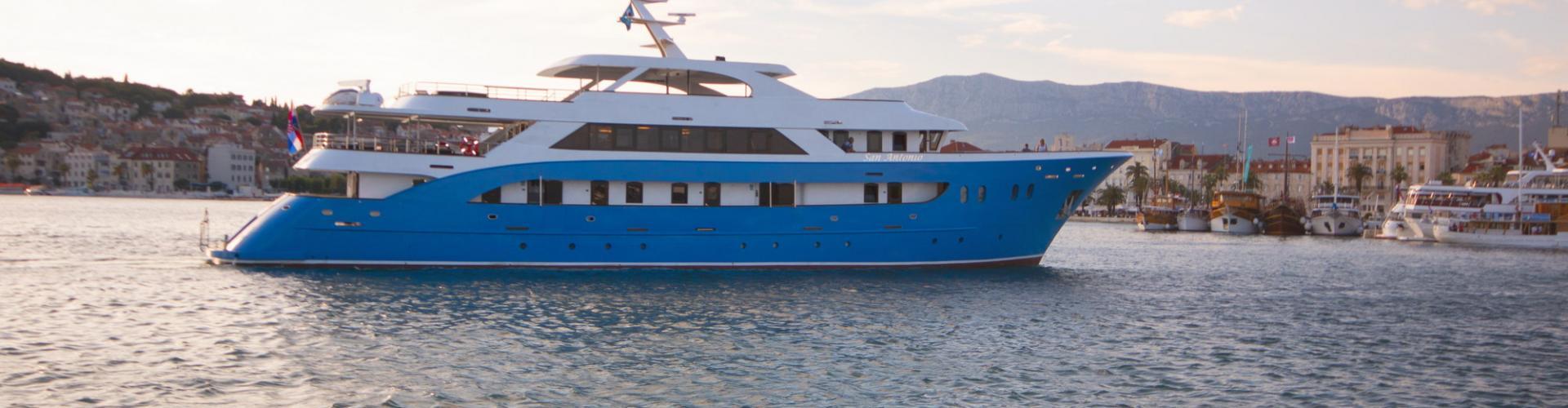 motor boat Deluxe cruiser MV San Antonio