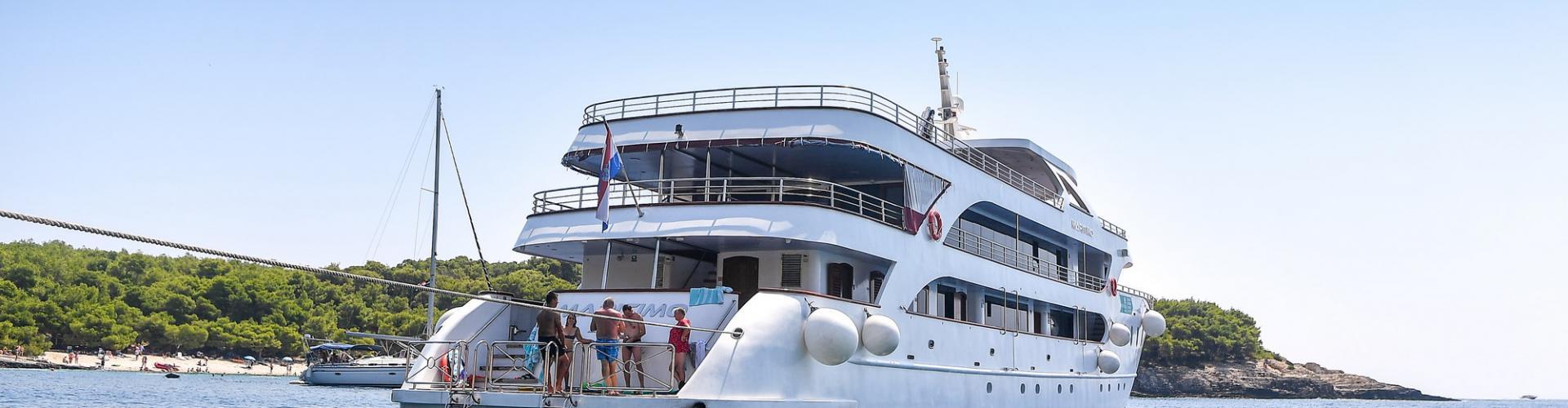 motor boat Deluxe Superior cruiser MV Maritimo
