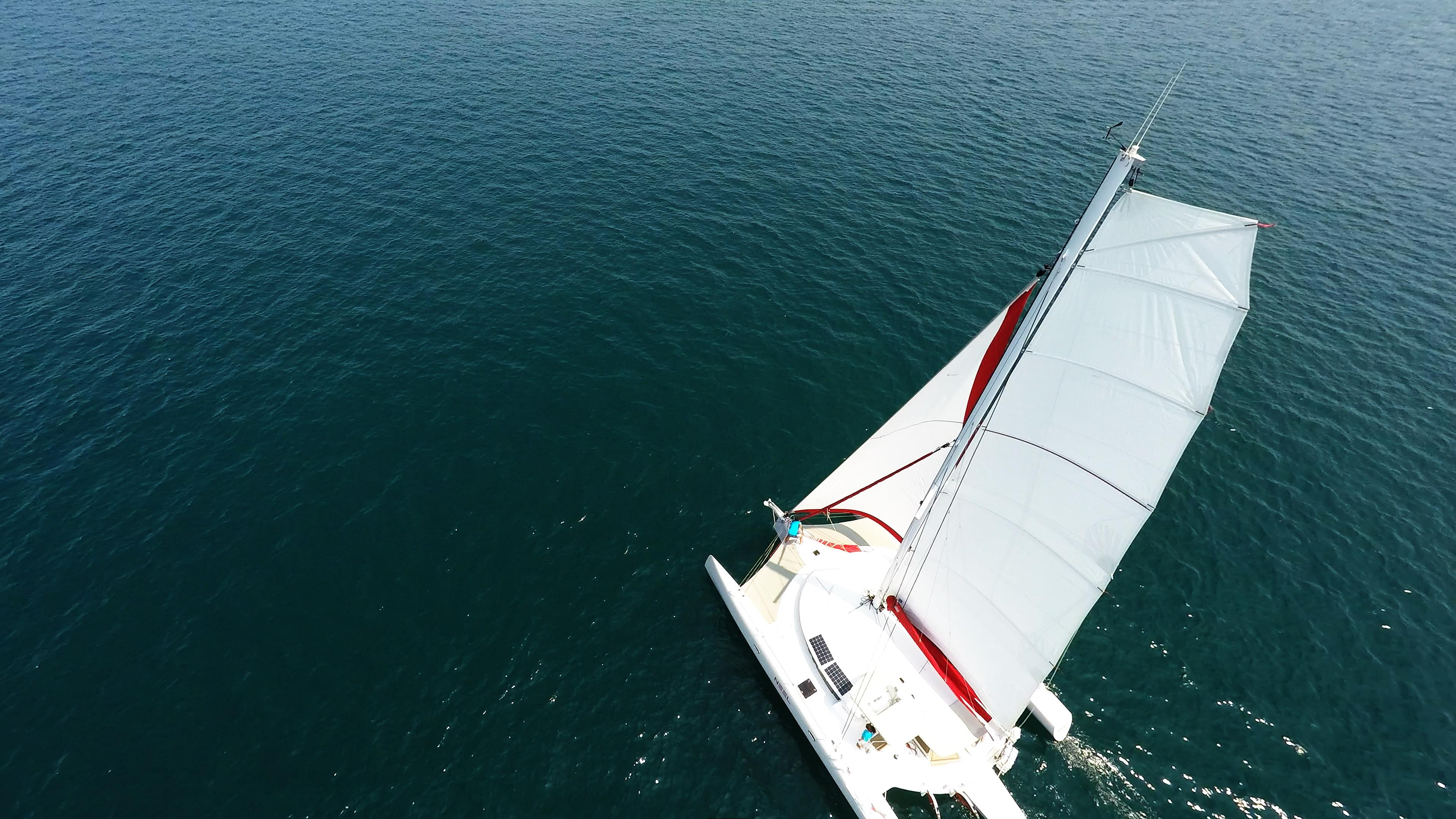 trimaran bird view mast flatten main sail sailing